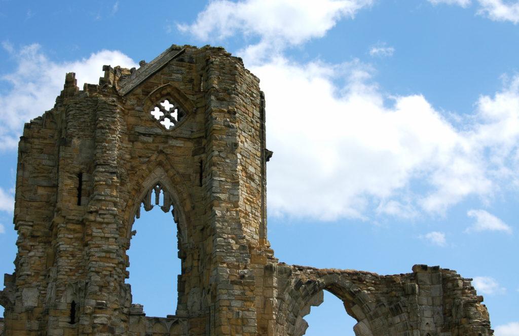 Les ruines d'une église gothique se détachent sur le ciel.
