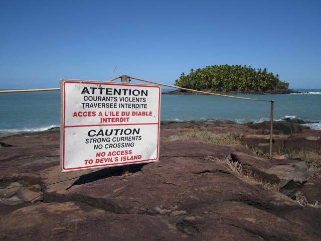 Iles du Salut, Guyane française - Vue de l'île du Diable depuis l'île Royale