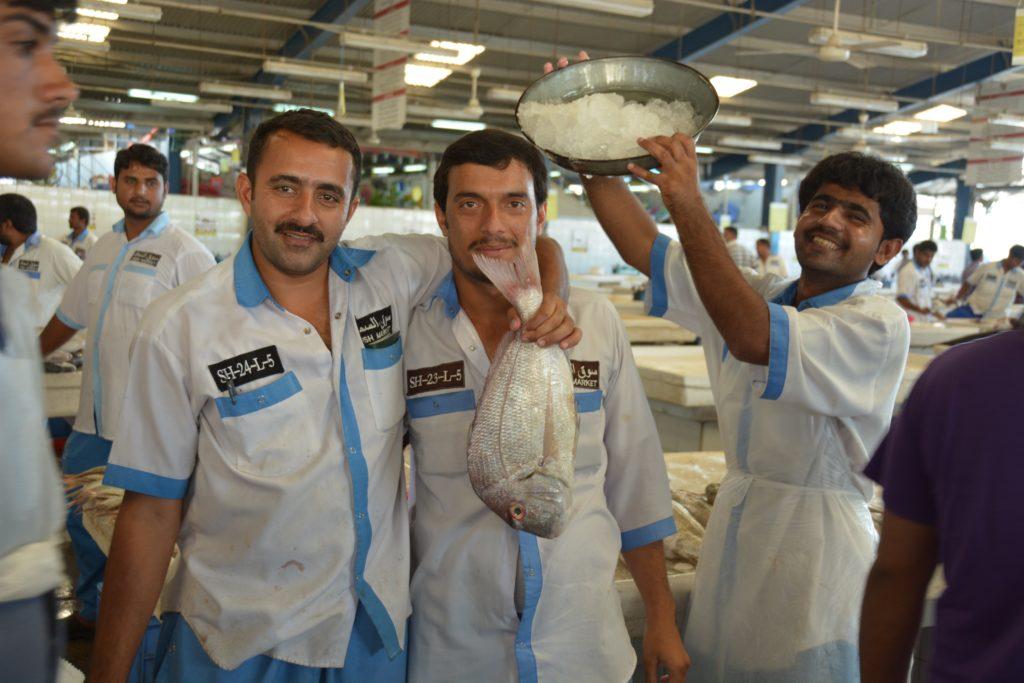 Sur le marché de Dubaï, de joyeux poissonniers