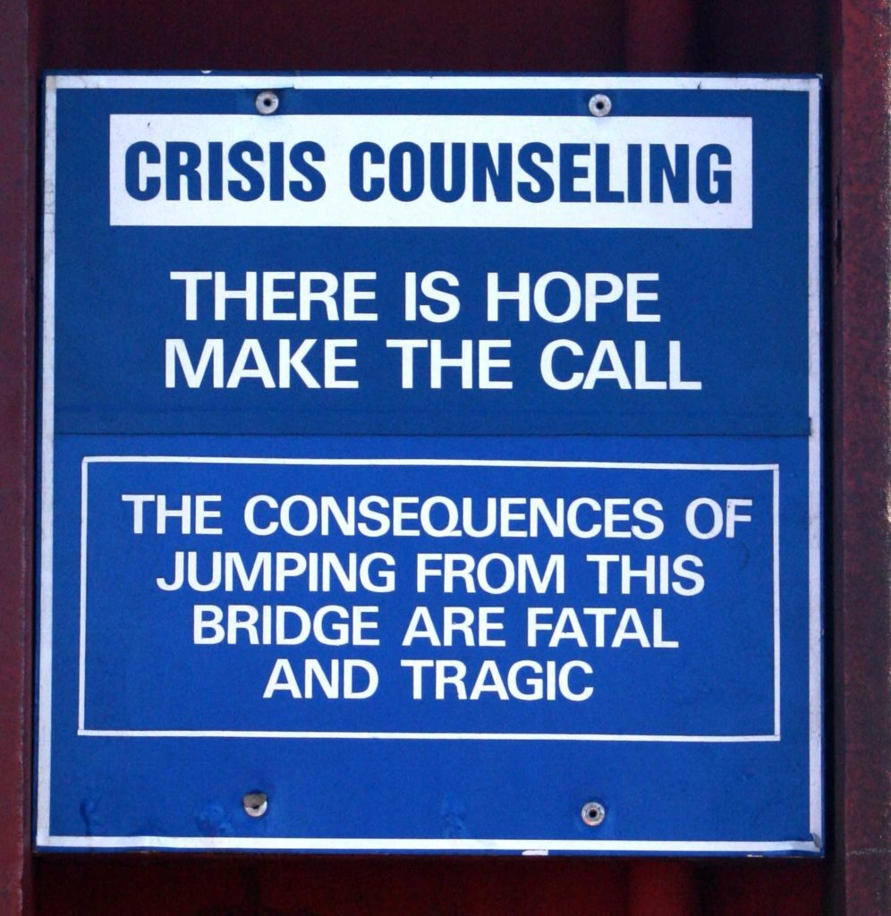 "Panneau fixé sur la poutrelle d'un pont californien ""Crisis counselling - There is hope- Make the call - The consequences of jumping from this bridge are fatal and tragic"""
